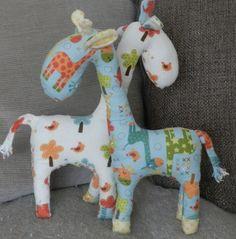 Kijk wat ik gevonden heb op Freubelweb.nl: een gratis naaipatroon van Prints to Polka Dots Blog om een giraffe knuffel te maken https://www.freubelweb.nl/freubel-zelf/zelf-maken-met-stof-giraf/