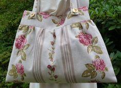 Umhängetaschen - Umhängetasche: Rosenstoff, Bordüre, naturfarben - ein Designerstück von Alles-aus-Stoff-BW bei DaWanda