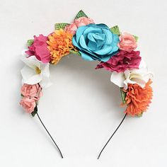 Este arreglo floral para tu cabeza:   24 Bellos productos inspirados en Frida Kahlo que querrás comprar ahora mismo