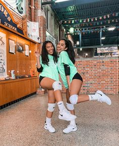 Volleyball Team Pictures, Volleyball Practice, Volleyball Training, Volleyball Workouts, Female Volleyball Players, Volleyball Outfits, Women Volleyball, Girls Softball, Volleyball Setter