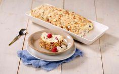 Budapestrull er en morsom vri på den tradisjonelle rullekaken som ligner litt på Kvæfjordkake. En luftig, myk marengsbunn med mandler er fylt med vaniljekrem og bær. Krispie Treats, Rice Krispies, Pavlova, Cereal, Dairy, Cheese, Cookies, Baking, Breakfast
