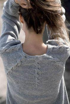 Grå bluse med snoninger strikkeopskrift