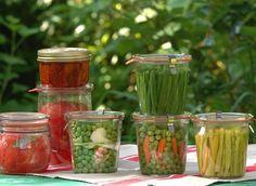 conserver les légumes du potager : plein de méthodes Blanchir ou pas ?Avant la mise en bocaux ou la congélation, la plupart des légumes doivent être blanchis entre 2 et 5 min, non seulement pour inactiver les enzymes naturels, mais aussi pour préserver leur texture et couleur. Placez-les dans un panier ajouré, que vous plongerez ensuite dans de l'eau bouillante salée (1 cuill. à soupe de sel par litre d'eau). Retirez-le et trempez-le immédiatement dans l'eau froide. Pickles, Kefir How To Make, Dried Vegetables, Marinade Sauce, Veggie Recipes, Healthy Recipes, Detox Recipes, Home Canning, Canning Recipes
