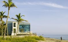 Beach Road 2 is a fresh and surprising architecture project designed by Hughes Umbanhowar Architects and located in Jupiter Island, Florida, USA. Beach Cottage Style, Coastal Cottage, Coastal Homes, Coastal Living, Beautiful Beach Houses, Dream Beach Houses, Beach House Plans, Beach House Decor, Contemporary Beach House