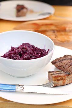 Rotkraut ganz klassisch gedünstet  nach Omas Hausrezept mit Wild vom Grill. German food recipe