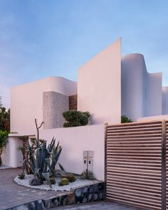 Mohamed Amine Siana combines flat planes and wavy walls at Villa Z in Casablanca Morrocan Architecture, Architecture Résidentielle, Minimalist Architecture, Amazing Architecture, Contemporary Architecture, Contemporary Houses, Organic Architecture, Modern Exterior, Exterior Design