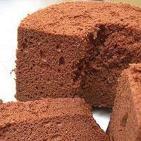 クオカスタッフがキッチンスタジオで試作した、メレンゲがポイントのふわふわのチョコレートシフォンケーキです。