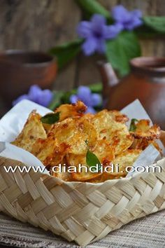 Diah Didi's Kitchen: Kering Kentang Bumbu Ebi Savory Snacks, Easy Snacks, Diah Didi Kitchen, My Favorite Food, Favorite Recipes, Indonesian Cuisine, Indonesian Recipes, Malay Food, Malaysian Food