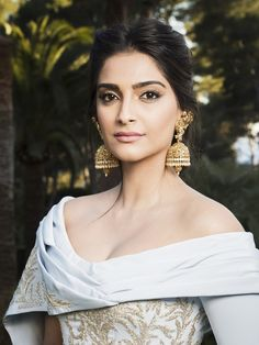 Sonam Kapoor shows off her perfect skin and simple cat eye