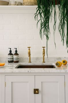 Whether you are looking to renovate your kitchen or not, brass kitchen taps must have caught your eye recently. Antique brass kitchen tap with washer, cheap kitchen tap brass. Brass Kitchen, Shaker Kitchen, Kitchen Taps, Kitchen Reno, Kitchen Ideas, Kitchen Worktops, Kitchen Handles, Kitchen Shelves, Kitchen Living