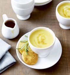 Soep van pastinaak en ahornsiroop + parmezaankoekjes - Libelle Lekker