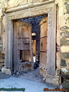 L'affascinante Manzifat Ibra, villaggio caratterizzato dalle numerose porte, generalmente in legno con decorazioni e colori.  #NomadiModerni #viaggigiovani #OmanisBeauty @federchicca