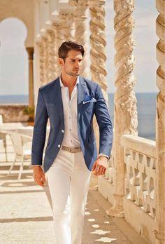 Blaser azul, camisa social branca sem gravata, calça de sarja com corte de alfaiataria. Substitua a gravata por um lenço no blaser que fica super descolado!