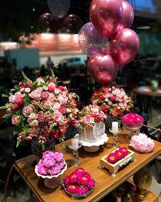 Nenhuma descrição de foto disponível. Balloon Decorations, Birthday Party Decorations, Wedding Decorations, 18th Birthday Party, Mom Birthday, Festa Party, Birthday Balloons, Pink Balloons, Holidays And Events