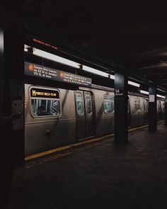 New Yorker U-Bahn - World: Gotham - Transport Night Aesthetic, City Aesthetic, Aesthetic Grunge, Aesthetic Photo, Aesthetic Pictures, Grunge Wallpaper, New York City, The Garden Of Words, Dark Paradise