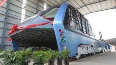 China testa ônibus que anda por cima dos carros - e Brasil tem interesse   Superinteressante