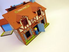 Vitnage Fisher Pricel Family Play house vintage Tudor House toy toy with little people. Retro Toys, Vintage Toys, Childhood Toys, Childhood Memories, Old School Toys, Electronic Toys, 80s Kids, I Remember When, Oldies But Goodies