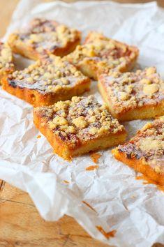 Rabarber cake met een kruidige crumble - Francesca Kookt