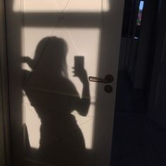 little fridd discovered by littlefridd on We Heart It Shadow Photography, Girl Photography Poses, Aesthetic Photo, Aesthetic Pictures, Shadow Pictures, Tumblr Girls, Light And Shadow, Selfies, Beautiful