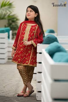 Maria B kids Wear Lawn Embroidered two piece – femalechoice. Kids Party Wear Dresses, Kids Summer Dresses, Kids Dress Wear, Little Girl Dresses, Girls Dresses, Tunic Dresses, Baby Dresses, Pakistani Kids Dresses, Pakistani Dress Design