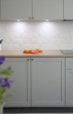 18 Trendy Ideas For Apartment Kitchen Makeover Tile - 18 Trendy Ideas For Apartment Kitchen Makeover Tile - Kitchen Credenza, Kitchen Wall Tiles, Kitchen Decor, Kitchen Splashback Tiles, Interior Design Kitchen, Kitchen Diy Makeover, Kitchen Wall, Home Kitchens, Glass Backsplash Kitchen