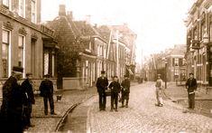 Almelo, Grootestraat oude eind rond 1900 Rechts ziet u apotheek de Vijzel = apotheek J. Dam Backer (adres Grootestraat 38) en enkele tientallen meters verder kun je rechts af de Kerkstraat in richting de grote kerk.
