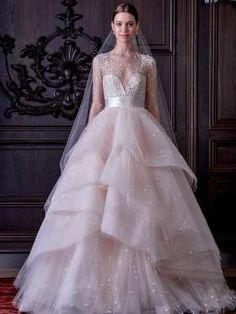 Este vestido de Monique Lhuillier foi feito para agradar uma princesa, com saia…