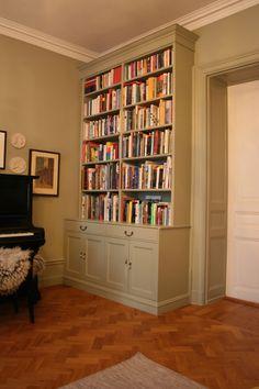 En annan variant av platsbyggd bokhylla som inte går över dörren. Rummet blir mindre och stuckaturen döljs. Crate Bookcase, Bookshelves, Bathroom Inspiration, Interior Design Inspiration, Design Ideas, Compact Living, Reading Nook, Built Ins, My Dream Home
