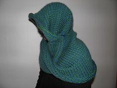 Min i meget lang tid på vej-opfindelse af et sjal-hætte-tørklæde ud i ét stykke. Med kuppel (ikke kuk) i hætten og med en møbius både foran og i siden. Opskrift er på Ravelry under Karen Qoornoq