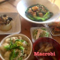 今日の晩ご飯 今日のお昼に上沼恵美子さんのおしゃべりクッキングで、鶏肉と長芋の南蛮和えというレシピが紹介されていたので、 厚揚げとかぼちゃにかえて作っちゃいました。 青ネギ、生姜、お酢、しょうゆ、柚子胡椒のたれで絡めて。 ◆青菜ごはん 〜エゴマとお塩と菜の花を和えた玄米ごはん〜 ◆厚揚げとかぼちゃの南蛮揚 ◆白菜と板麩とふのりのお味噌汁 ◆睦月大根 〜粒そばと海苔と梅干餡のふろふき大根〜 中美恵先生の「魔女のお料理教室」2011年レシピより ◆えのきとレタスのお浸し ◆大根•人参•ごぼうのきんぴら - 50件のもぐもぐ - マクロビごはん by madokamorita