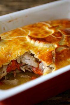 L'hoenderpastei est une tourte de poulet recouverte d'une pâte brisée, et composée de légumes, œufs durs et de tranches de jambon