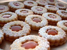 Inizio la mia avventura pubblicando la ricetta di quelli che sono i miei biscotti preferiti.  Gli occhi di bue.  Per mesi ho cerc...