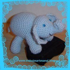 Ahi va mi explicación en castellano, con algunas pequeñas modificaciones TROMPA, CARA Y CUERPO (Se teje todo junto rellenando en etapas ... Dinosaur Stuffed Animal, Elephant, Blanket, Toys, Erika, Animals, Crocheting, Craft Projects, Creative Crafts