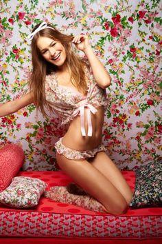 Lencería femenina con olanes rosa y estampado de flores - Foto Salinas Facebook