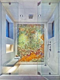salle de bain design avec douche à l'italienne et parement mural en onyx multicolore