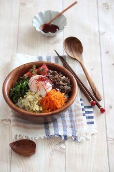 スパイシーでお野菜もたくさん食べられるビビンバは、肉や卵も入って栄養バランスも満点。美味しく食べるにはお店で出てくるような専用の石鍋が必要なのかな、と思いがちですが、おうちにあるフライパンや土鍋、ホットプレートを使えば、香ばしいおこげまで手軽に作ることができます。今回は、基本の味付けから、ビビンバに欠かせないナムルの作り方、アイデアいっぱいのアレンジレシピまで色々ご紹介します。
