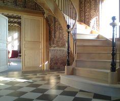 Très bel escalier style ancien en bois massif débillardé et marche en pierre au départ de l'escalier. Les doubles poteaux de départ en fer forgé apporte un véritable cachet à l'escalier qui prend sa place dans cette entrée et cette décoration raffinée et élégante. Luxury staircase, wood staircase, wood work.