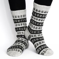 Pehmeät ja lämpimät käsinneulotut villasukat miehelle. Anna villasukat lahjaksi!Novitan 7 Veljestä(75 % villa,25 % polyamidi) Vahvistettu kantapää Konepesu40°CKokotaulukko Miesten koot 40/41 42/43 44/45 Jalkaosan pituus 25 Diy Crochet And Knitting, Easy Knitting, Knitting Socks, Knitting Patterns, Sock Toys, Yarn Ball, Stocking Tights, Wool Socks, Diy Fashion