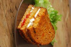 Pane pomodoro Lost and Brie di capra Brie, Bagels, Pizza Sandwich, Some Recipe, Junk Food, Banana Bread, Nom Nom, Sandwiches, Lunch Box