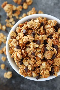 How to make granola with only four ingredients with this super easy, homemade granola recipe. You are going to love this Peanut Butter Granola with mini chocolate chips. Make it for a breakfast or for snacking! Healthy Meals For Kids, Healthy Breakfast Recipes, Healthy Snacks, Healthy Recipes, Breakfast Snacks, Healthy Dinners, Easy Granola Recipe, Muesli Recipe, Fun Easy Recipes