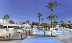 todo incluido en españa h10 sentido white suites lanzarote piscina exterior con palmeras id4 Outdoor Decor, Home Decor, Fence, Exit Slips, Palm Trees, Hotels, Traveling, Lanzarote, Decoration Home