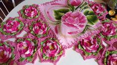 Centro de mesa em tapete, com pintura e barrado com flores de crochê