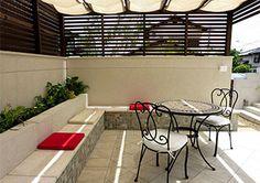 外構工事、造園、お庭のリフォームはザ・シーズン。ノウハウから生まれる確かなコストパフォーマンス、専任デザイナー制の高いデザイン力でくらしを豊かに演出します。 Outdoor Sofa, Outdoor Furniture, Outdoor Decor, Lean To, Garden Landscaping, Exterior, Patio, Landscape, Design