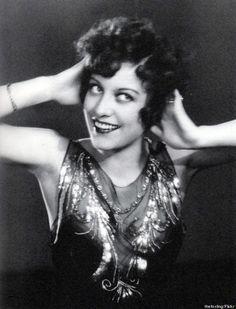 """La Garçonne, années 1920 Les garçonnes étaient connues pour leurs cheveux au carré, leurs robes courtes et leur comportement """"scandaleux"""" comme fumer en public et conduire des voitures. Les garçonnes portaient rarement le corset, effaçant leurs poitrines..."""