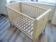 Cuna de madera decapada Baby Box, Baby Cribs, Cot, Ideas Para, Storage Chest, Woodworking, Cabinet, Baby Ideas, Bedroom Ideas