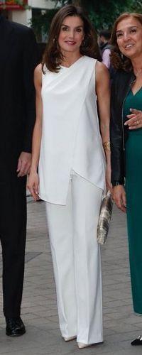 17 May 2018 - Queen Letizia attends FameLab finals - Casual estilo femenina para damas casuales tenis casual de moda White Outfits, Casual Outfits, Queen Letizia, African Fashion, Blouse Designs, Ideias Fashion, Fashion Looks, Style Fashion, Fashion Dresses