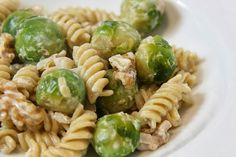 Sekundentakt: Nudeln mit Rosenkohl und Walnüssen in Sahnesauce  pasta with creamy sauce, Brussels sprouts and walnuts