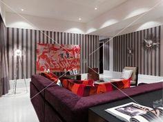 Moderne Wohnzimmer Tapeten Violette Polstercouch Im Modernen Mit Gestreifter