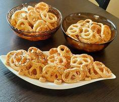 Sajtos szezámmagos köménymagos perec Macaroni And Cheese, Ethnic Recipes, Cakes, Food, Mac And Cheese, Cake Makers, Kuchen, Essen, Cake