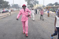 アフリカ コンゴ共和国の首都ブラザビルのスラム街を、ブランド物のスーツを身にまとい、優雅な足取りで歩いていく紳士達。彼らは『サプール』と呼ばれる情熱的なファッショニスタ。